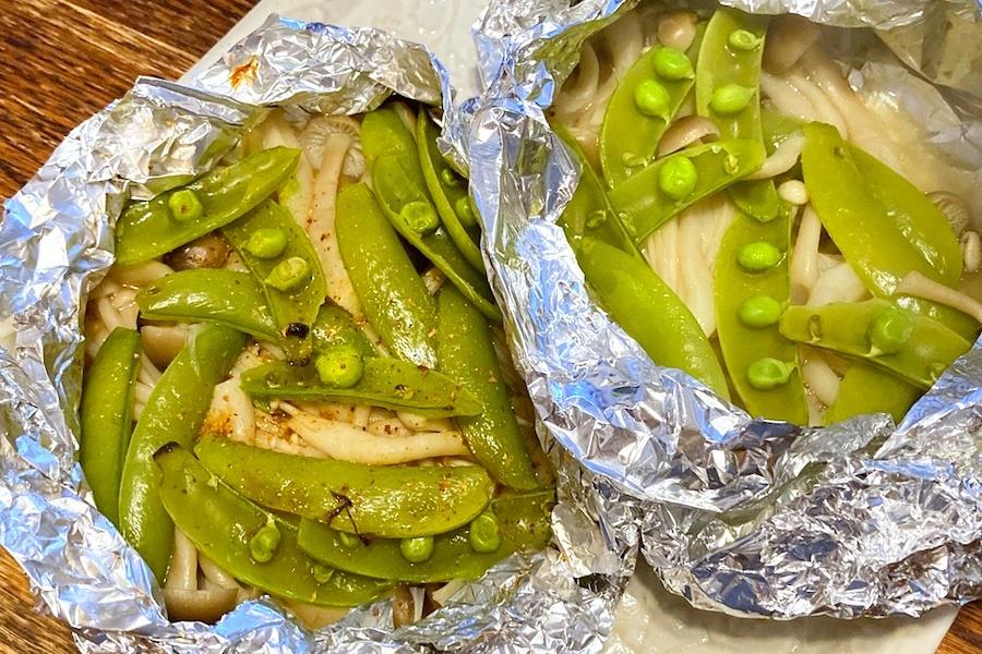 左が魚焼きグリル、右がトースターで焼いたもの。右は野菜類から水分が出るため、茹でたような食感に仕上がる【写真:和栗恵】