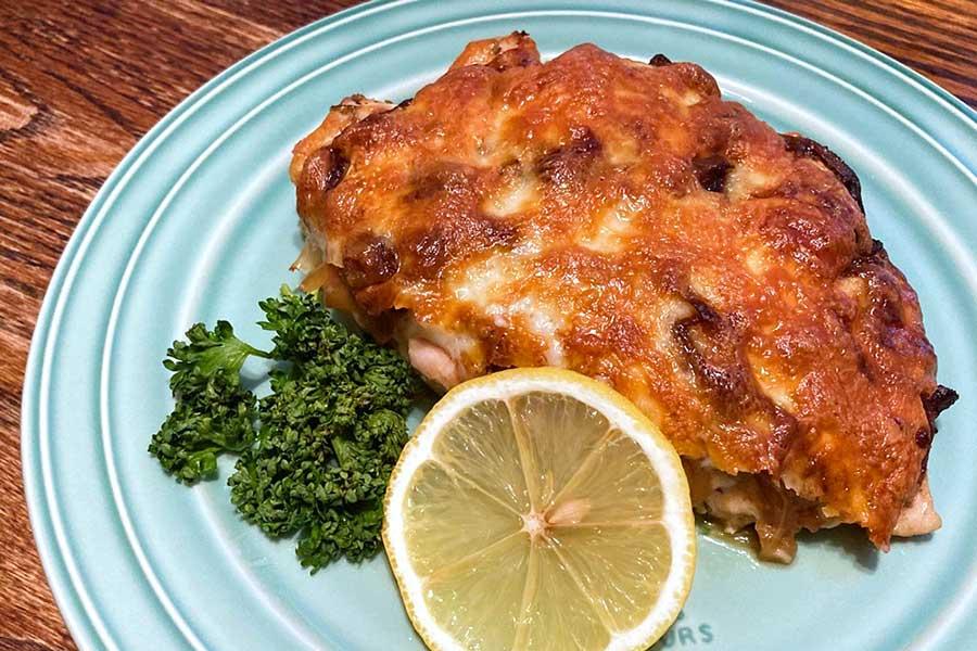 あっさりな鶏むね肉にフレンチオニオンとチーズで旨みたっぷり【写真:和栗恵】
