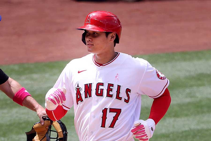 大谷翔平選手。当日は母の日を意識した、ピンク色の用具を身に着け出場した【写真:Getty Images】