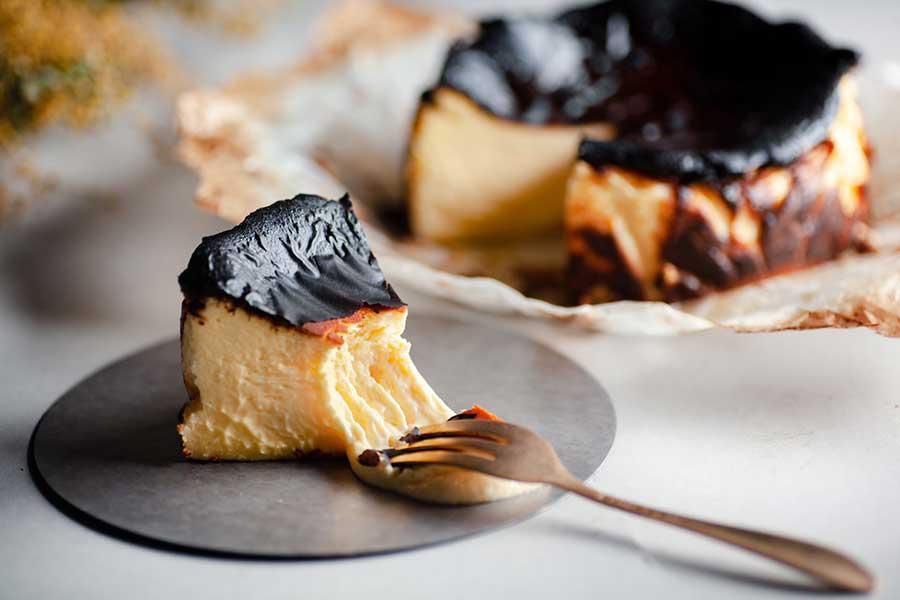一口食べて「こんなチーズケーキは初めて!」と驚く人も多いそう。ケーキの直径は15センチ【写真提供:むすび】