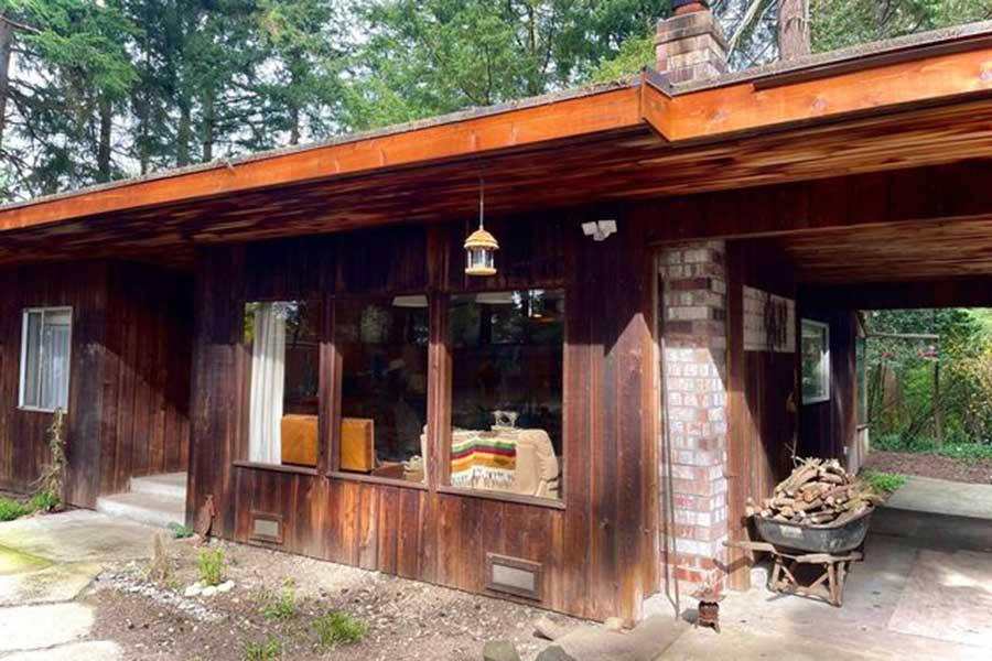 木の温もりを感じるゲイブさんの家。裏には森が広がっている【写真:小田島勢子】