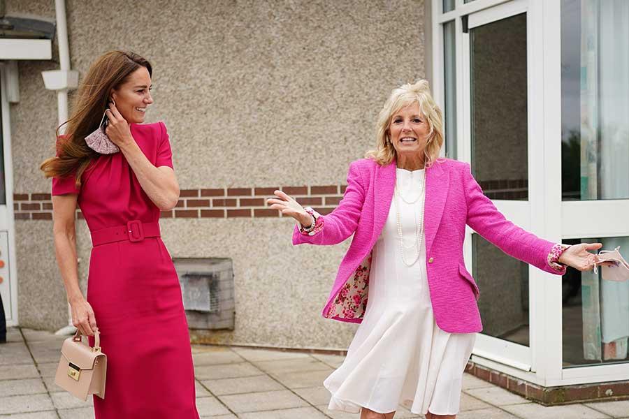 11日、地元の小学校を訪問したキャサリン妃とバイデン米大統領夫人【写真:Getty Images】