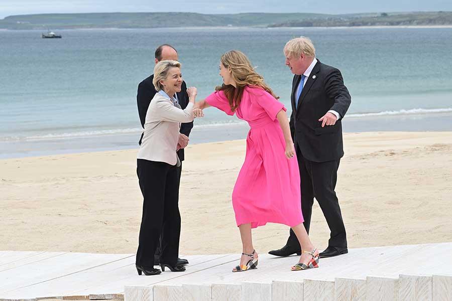 11日、欧州委員会委員長のウルスラ・フォン・デア・ライエン氏と肘での挨拶を交わすジョンソン英首相夫人【写真:Getty Images】