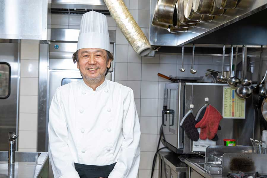 青星寮で料理長を務める加々美忠彦さん【写真:冨田味我】