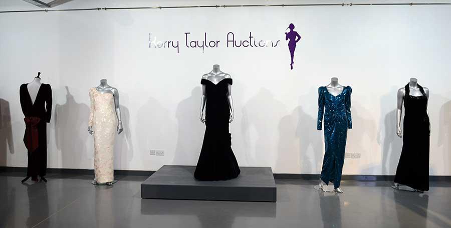 2013年3月、英国のオークションに出品された際の「トラボルタ・ドレス」【写真:Getty Images】