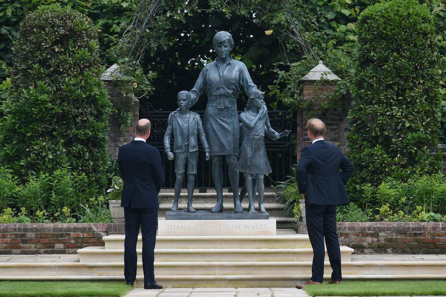 ウイリアム王子(左)とヘンリー王子(右)の手で公開されたダイアナ元妃の銅像【写真:Getty Images】