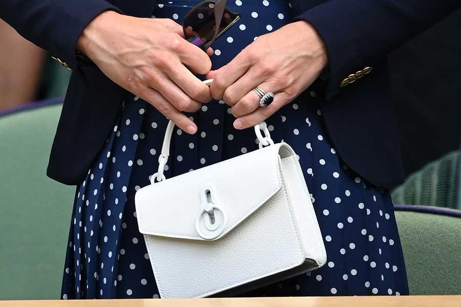 バッグは「マルベリー」の「Small Amberley Crossbody」【写真:Getty Images】