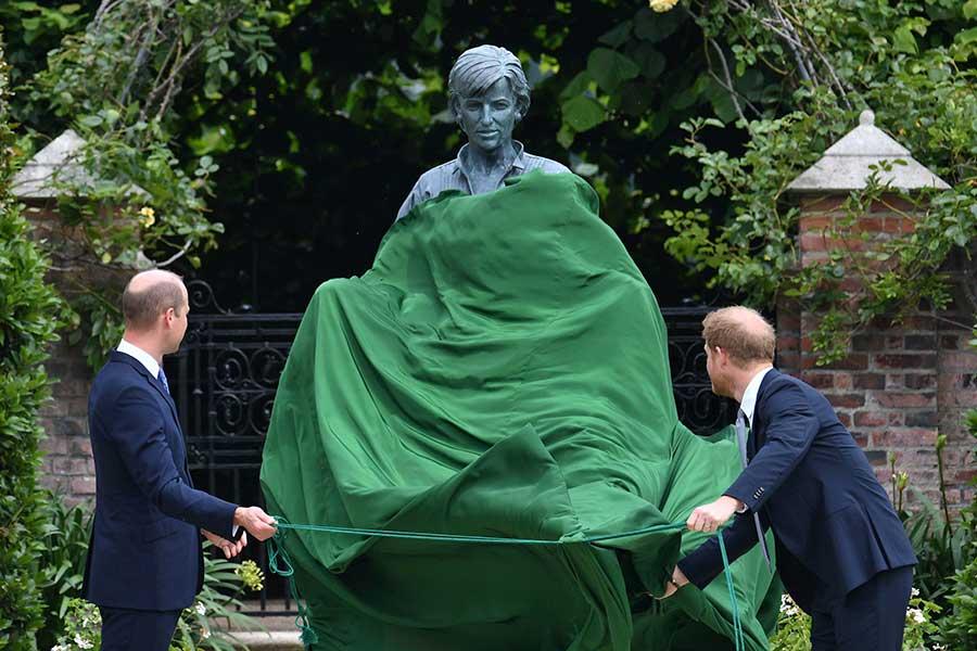 お披露目されたダイアナ元妃の銅像【写真:AP】