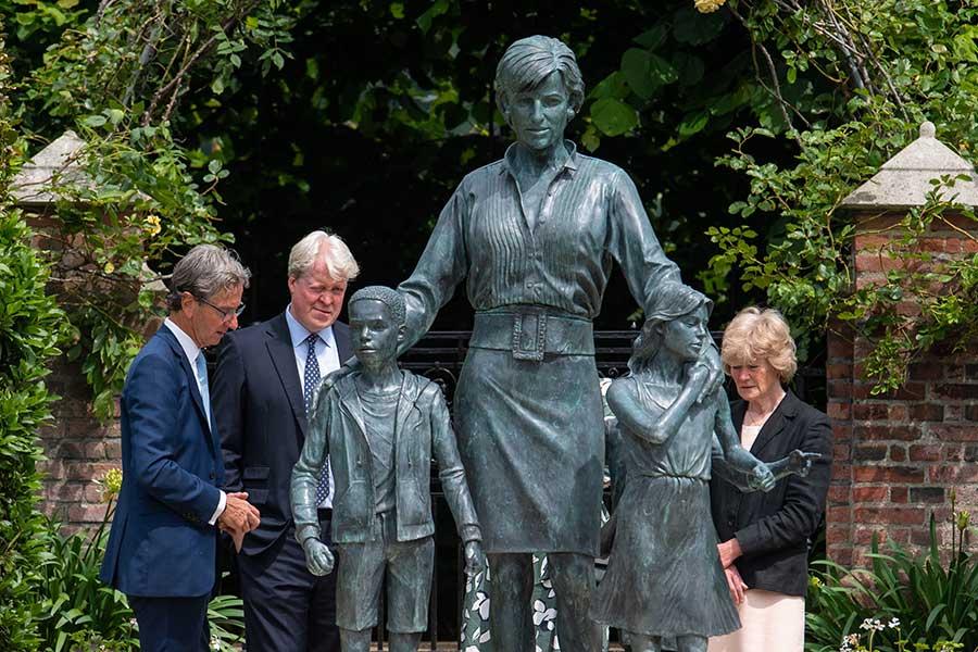 銅像を鑑賞する元妃の実弟のチャールズ・スペンサー氏(中央)、実姉のレディ・セーラ・マッコーコデール(右)【写真:Getty Images】