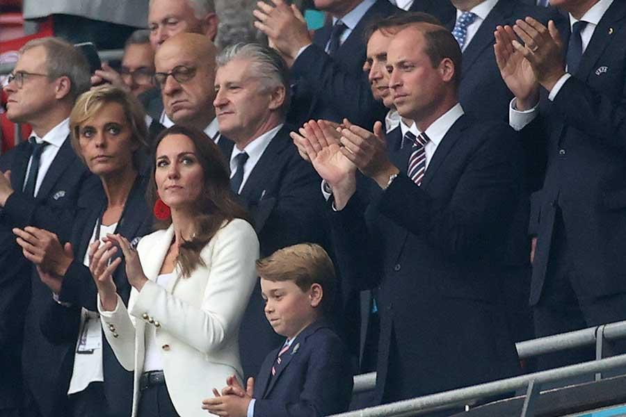 ユーロ決勝を観戦するウイリアム王子、キャサリン妃、ジョージ王子【写真:AP】