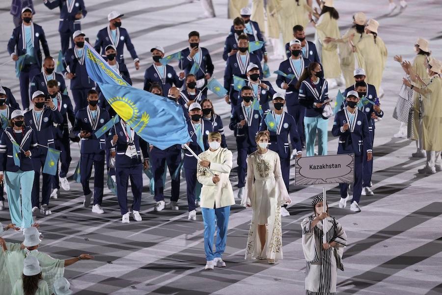 騎手のリパコワ選手(中央)らを先頭に入場するカザフスタン代表【写真:Getty Images】