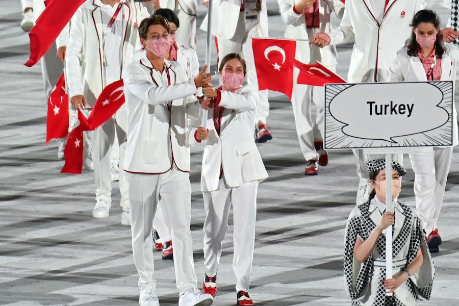トルコ代表の旗手として入場したベルケ・サカ選手(左)【写真:Getty Images】
