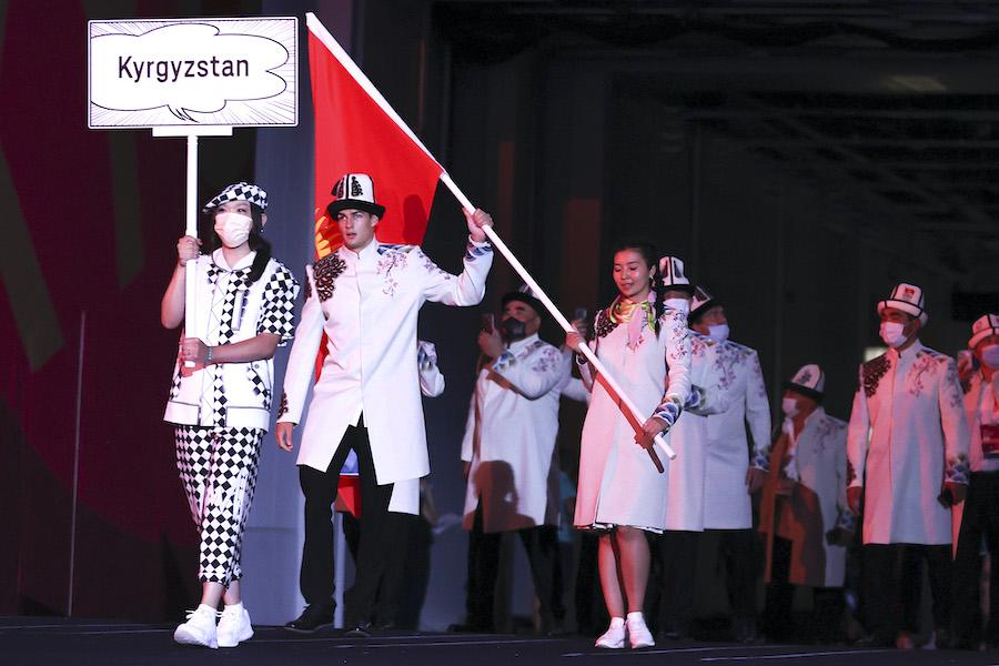 キルギス共和国の旗手を務めたデニス・ペトラショフ選手(左から2人目)【写真:Getty Images】