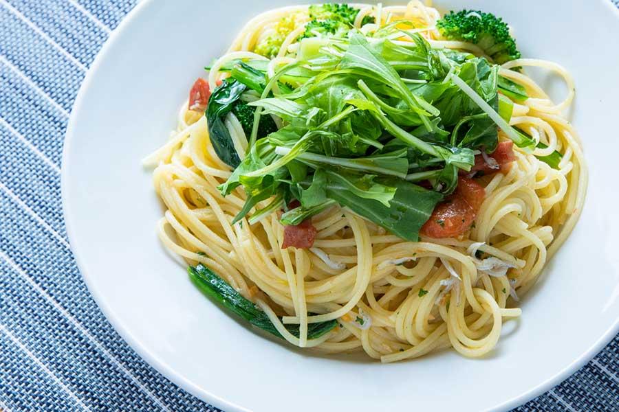 潮風を感じるシラスと野菜のスパゲッティ【写真:冨田味我】