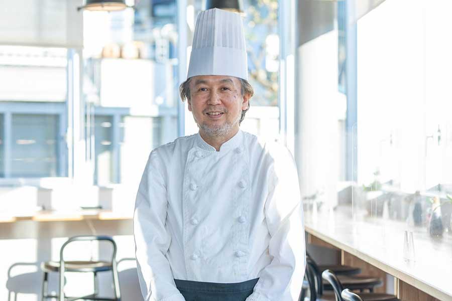 青星寮のレストランで料理長を務める加々美忠彦さん【写真:冨田味我】