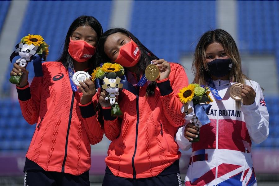(左から)銀メダルの開心那選手、金メダルの四十住さくら選手、銅メダルのスカイ・ブラウン選手【写真:AP】