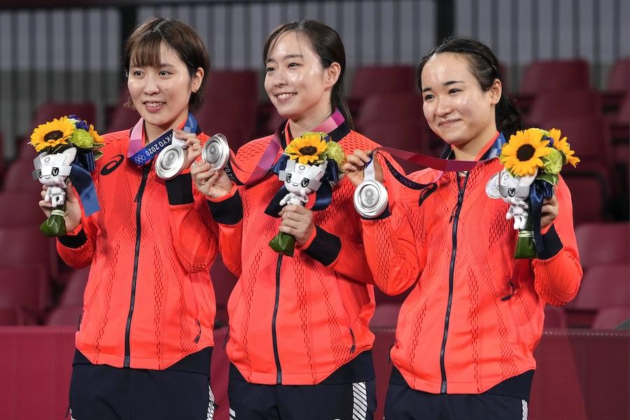 卓球女子団体で銀メダルを獲得した(左から)平野美宇選手、石川佳純選手、伊藤美誠選手【写真:AP】