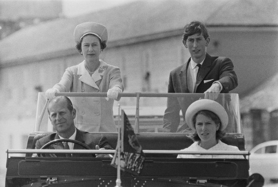 1967年の訪問で。フィリップ殿下の夫・父としての威厳がよく分かる写真として有名な一枚【写真:Getty Images】