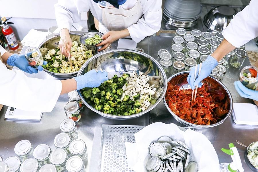 試行錯誤を重ねながら瓶詰めにする野菜を選んでいく【写真提供:齊藤美香】