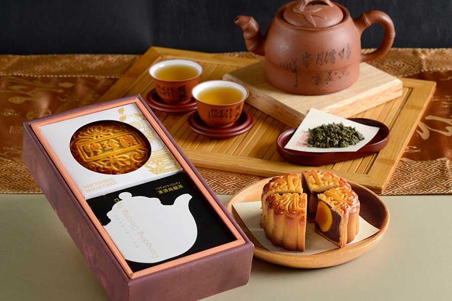 「中秋月餅」(写真は黒あん月餅)と「凍頂烏龍茶」のセットは、プレゼントにもぴったり【写真提供:聘珍樓】