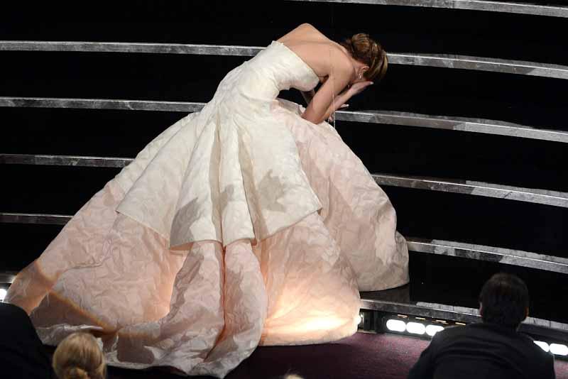 第85回アカデミー賞授賞式で転倒したジェニファー・ローレンス【写真:Getty Images】