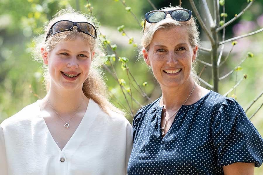 母ソフィー妃と笑顔を見せるルイーズ・ウィンザーさん(左)【写真:Getty Images】