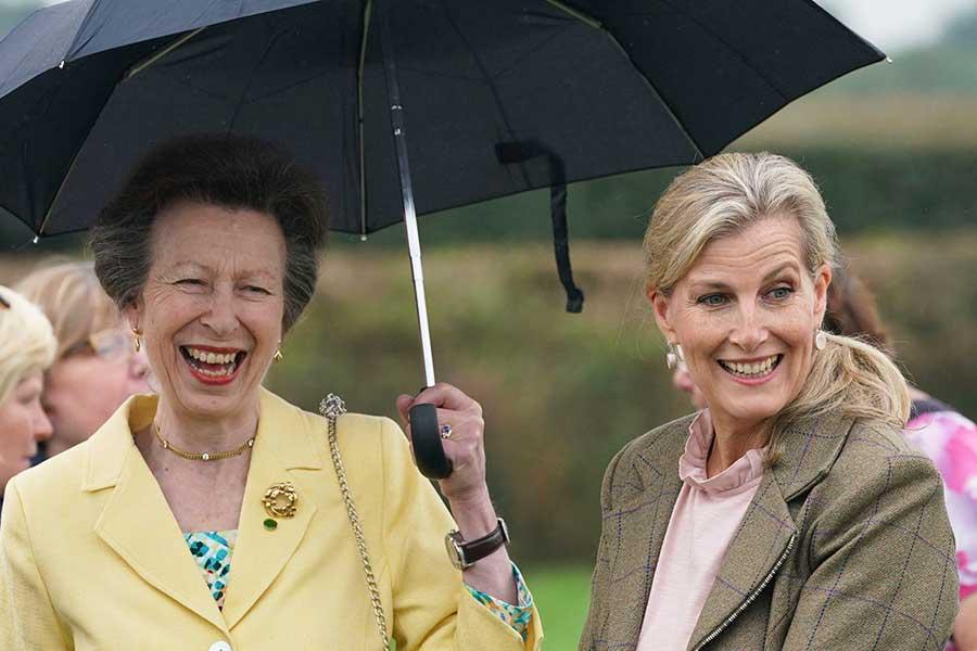 (左から)アン王女とソフィー妃。揃って公務に参加した【写真:AP】