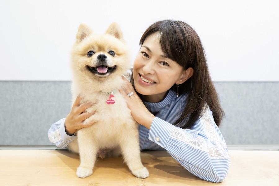 子どもの頃から動物に囲まれていたという田中美奈子さん。愛犬ミルクくんとともに【写真:荒川祐史】