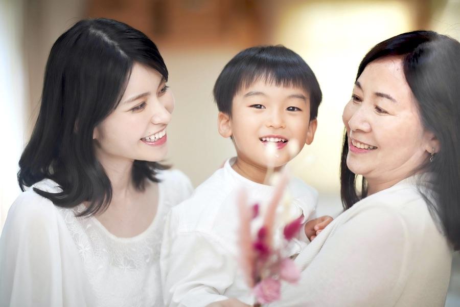 「敬老の日」には、おじいちゃんやおばあちゃんにプレゼントを贈る人もいるのでは?(写真はイメージ)【写真:写真AC】