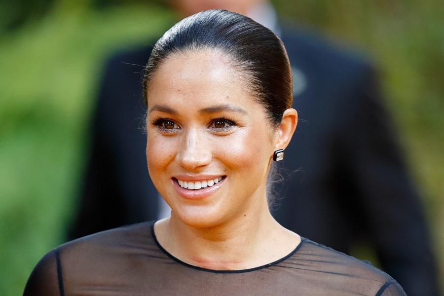 メーガン妃。耳元にはピンキーリングと同じダイヤモンドを使用していると報じられたイヤリングが【写真:Getty Images】
