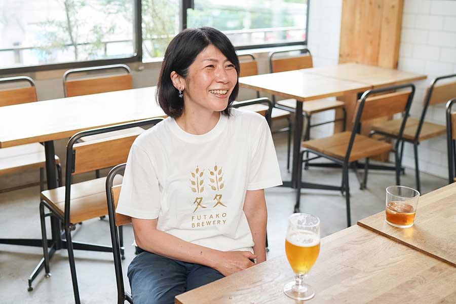 「すべてが大変だった」というビール造りも人生を楽しむ要素の一つ。笑顔を絶やさない市原さん【写真:荒川祐史】