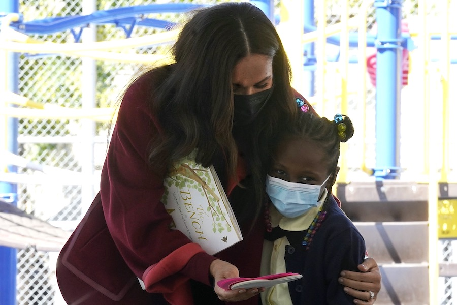 マンハッタン北部のハーレム地区を訪問し、児童書の読み聞かせを行ったメーガン妃【写真:AP】