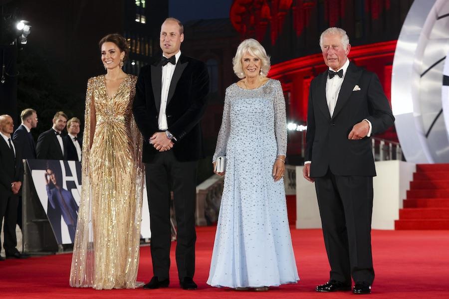 『007』シリーズ最新作のワールドプレミアに出席したウイリアム王子夫妻とチャールズ皇太子夫妻【写真:AP】