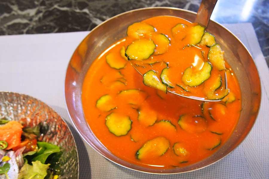 ピリ辛みそスープをたっぷりかけて味わう【写真:神山克也】