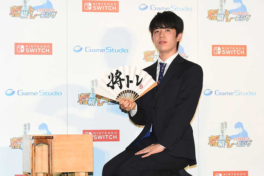最年少で三冠に輝いた藤井聡太棋士。多方面で活躍【写真:Getty Images】