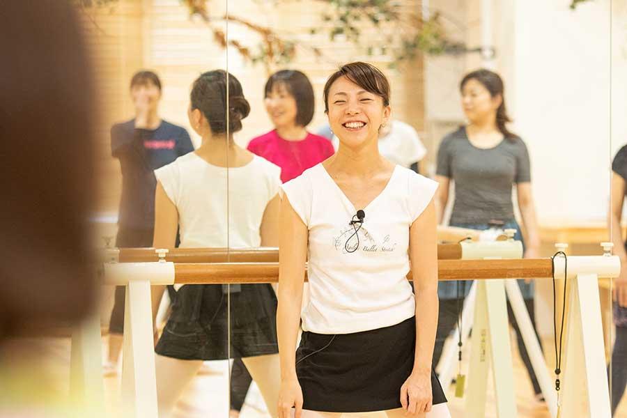 スタジオでレッスンを行う藤井治子さんは笑顔が絶えない【写真提供:藤井治子】